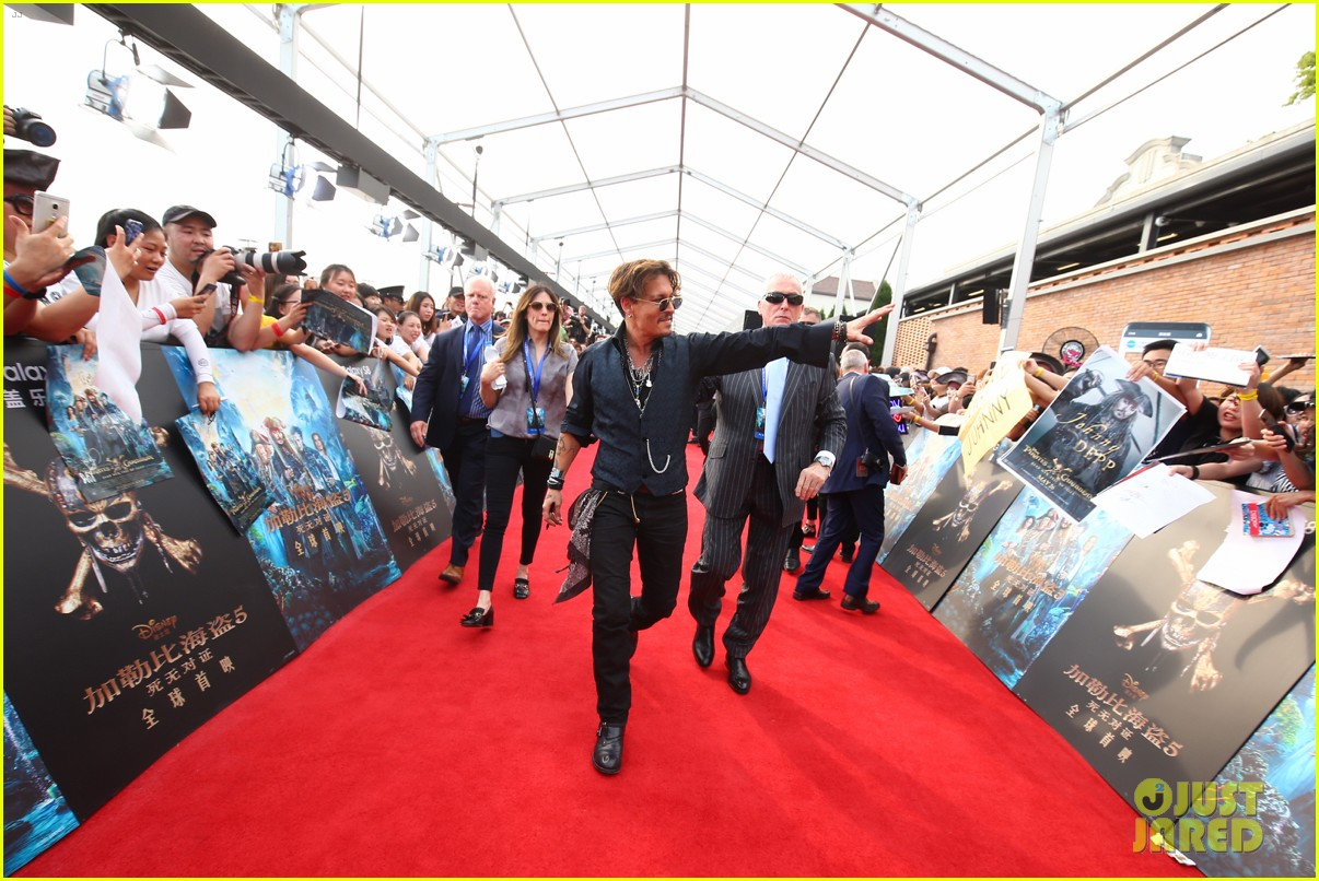 johnny depp orlando bloom reunite for pirates of the caribbean shanghai world premiere 043897607