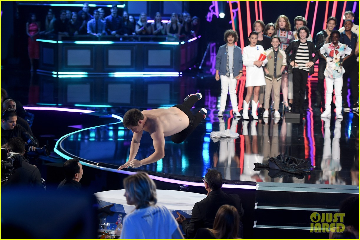 adam devine wraps mtv awards shirtless 013896356