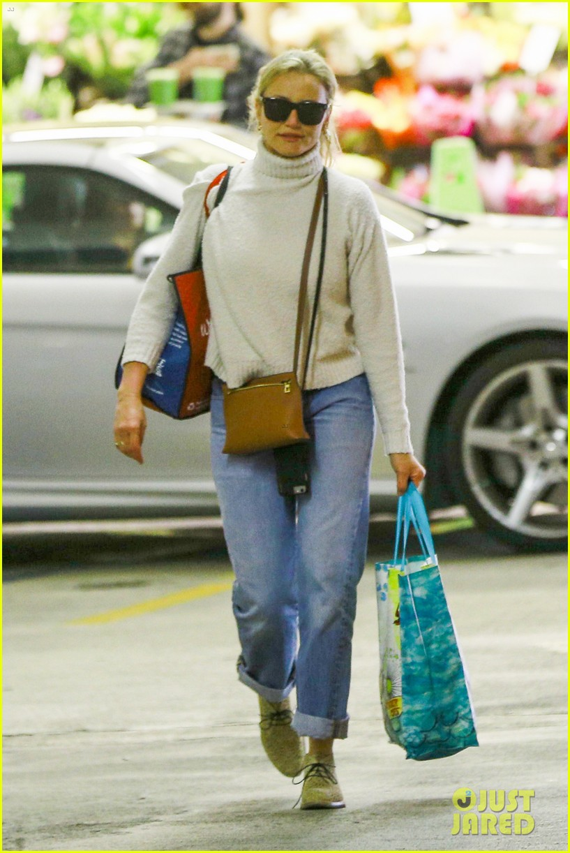 cameron diaz stocks up on groceries in beverly hills043901352
