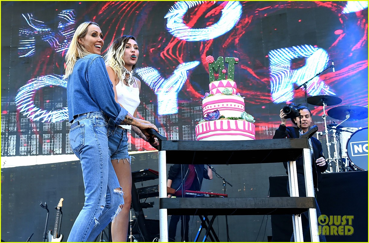 miley noah sing happy birthday to their mom at wango tango013898478