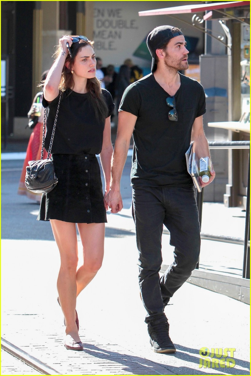 paul wesley phoebe tonkin hold hands confirm theyre back together 023894374