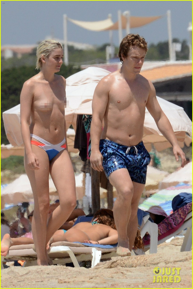 alfie allen hits the beach with his girlfriend 013914974