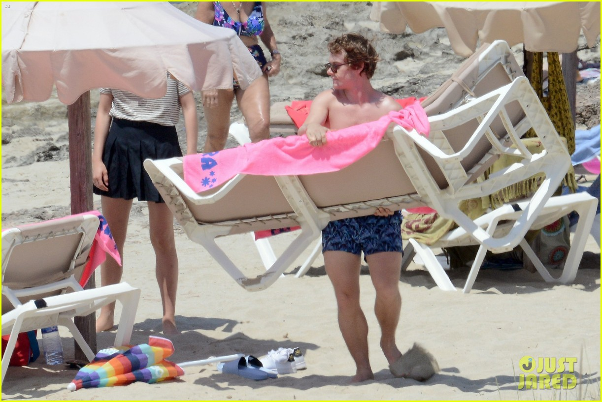 alfie allen hits the beach with his girlfriend 293915002