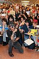 johnny depp japan airport fans 07