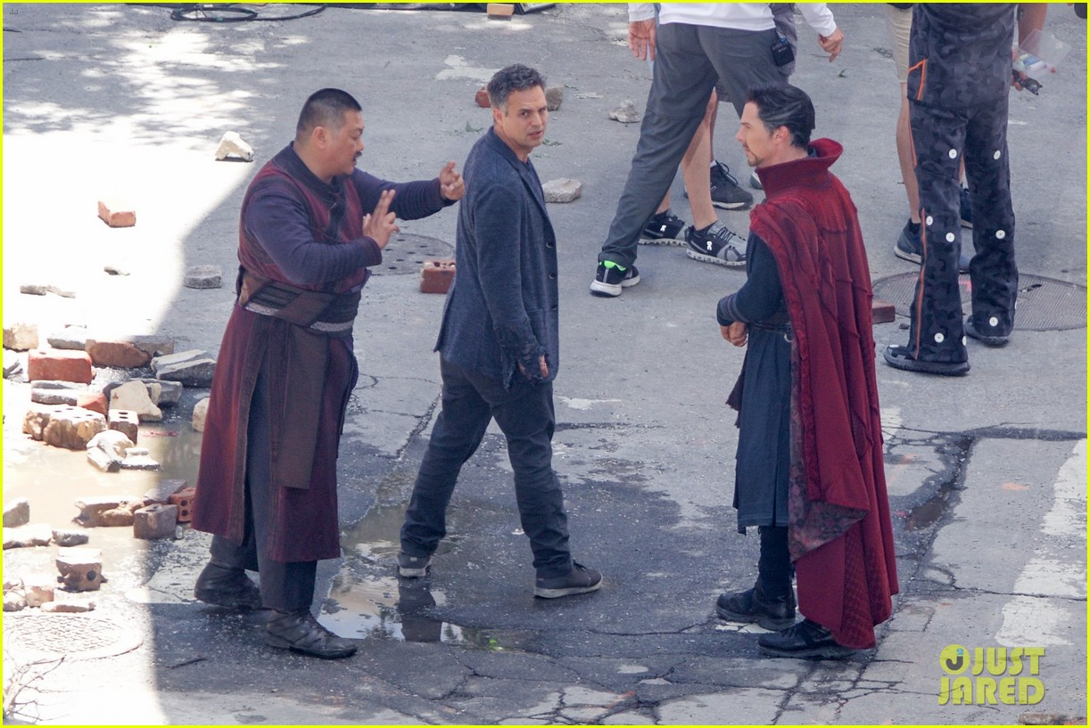 robert downey jr films avengers infinity war with benedict cumberbatch 013920241