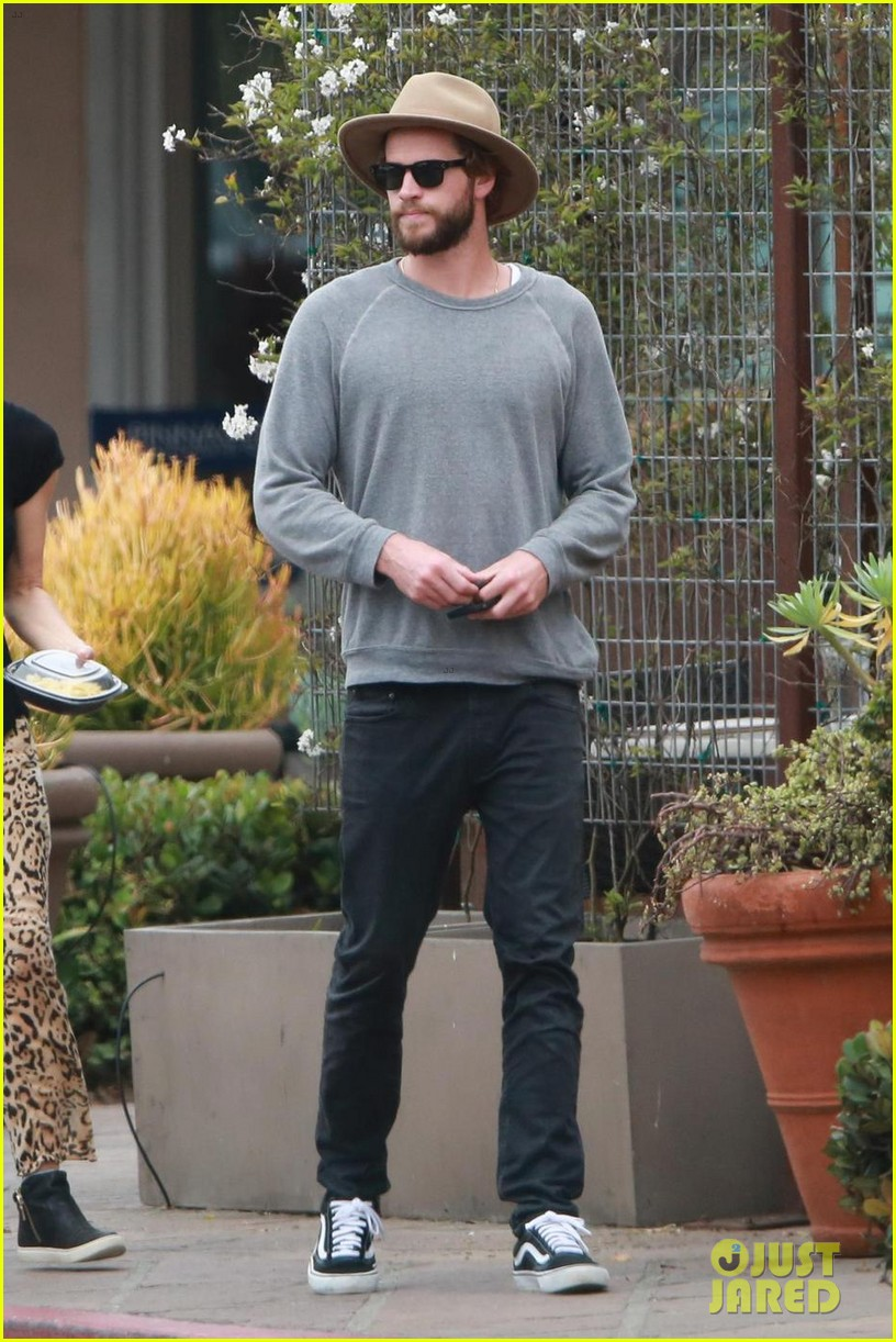 liam hemsworth grabs lunch with luke and parents in malibu 013918588