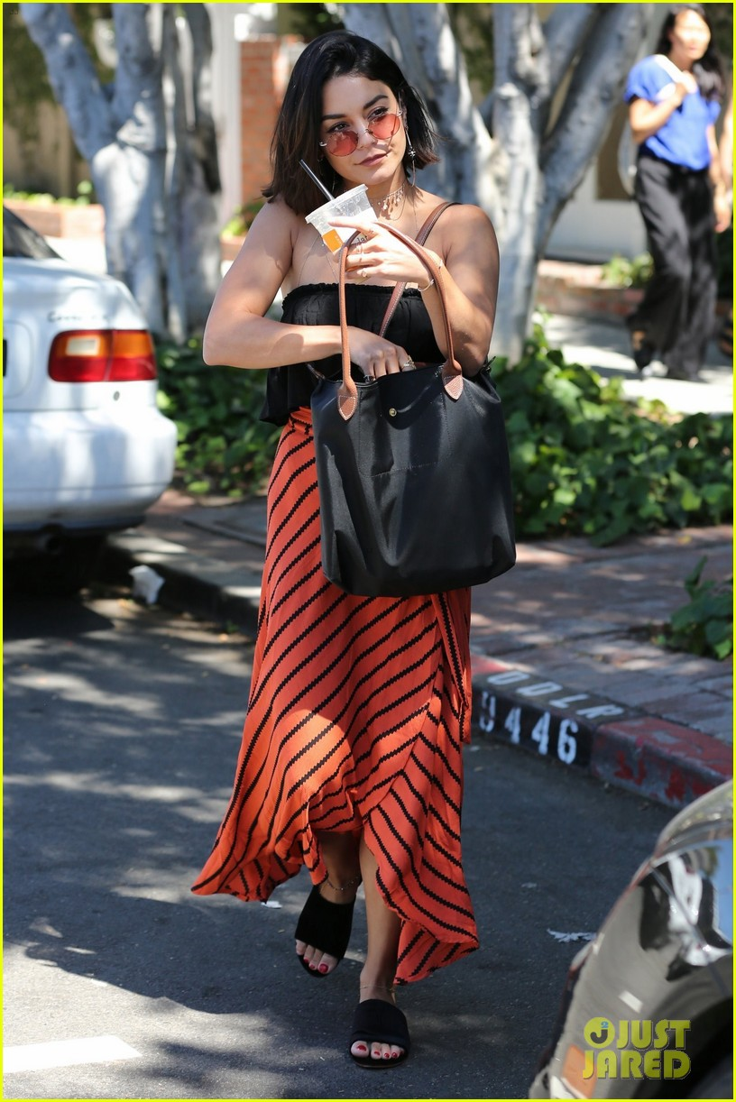 vanessa hudgens cant stop laughing while shopping with friends 033921595