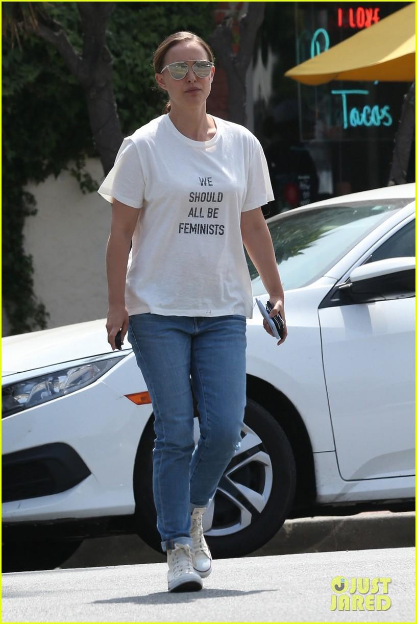 natalie portman wears 710 we should all be feminists shirt 033910173