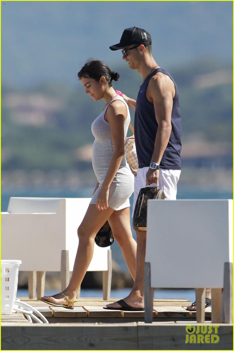 cristiano ronaldo flaunts hot body alongside girlfriend georgina rodriguez 033907993