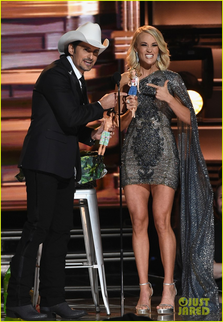 carrie underwood and brad paisley will host cma awards for 10 th straight year 023912432