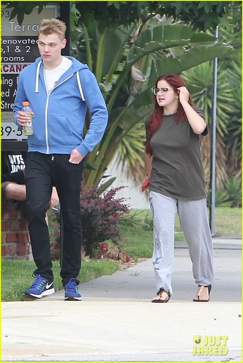 ariel winter levi meaden enjoy afternoon outing in la053907990