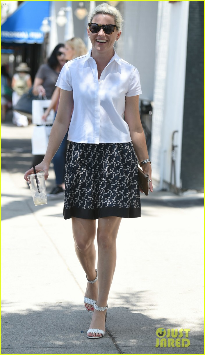 elizabeth banks steps out in skirt and heels for coffee run 023931720
