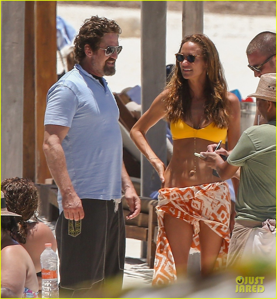 gerard butler on again gf hit the beach in mexico153922451
