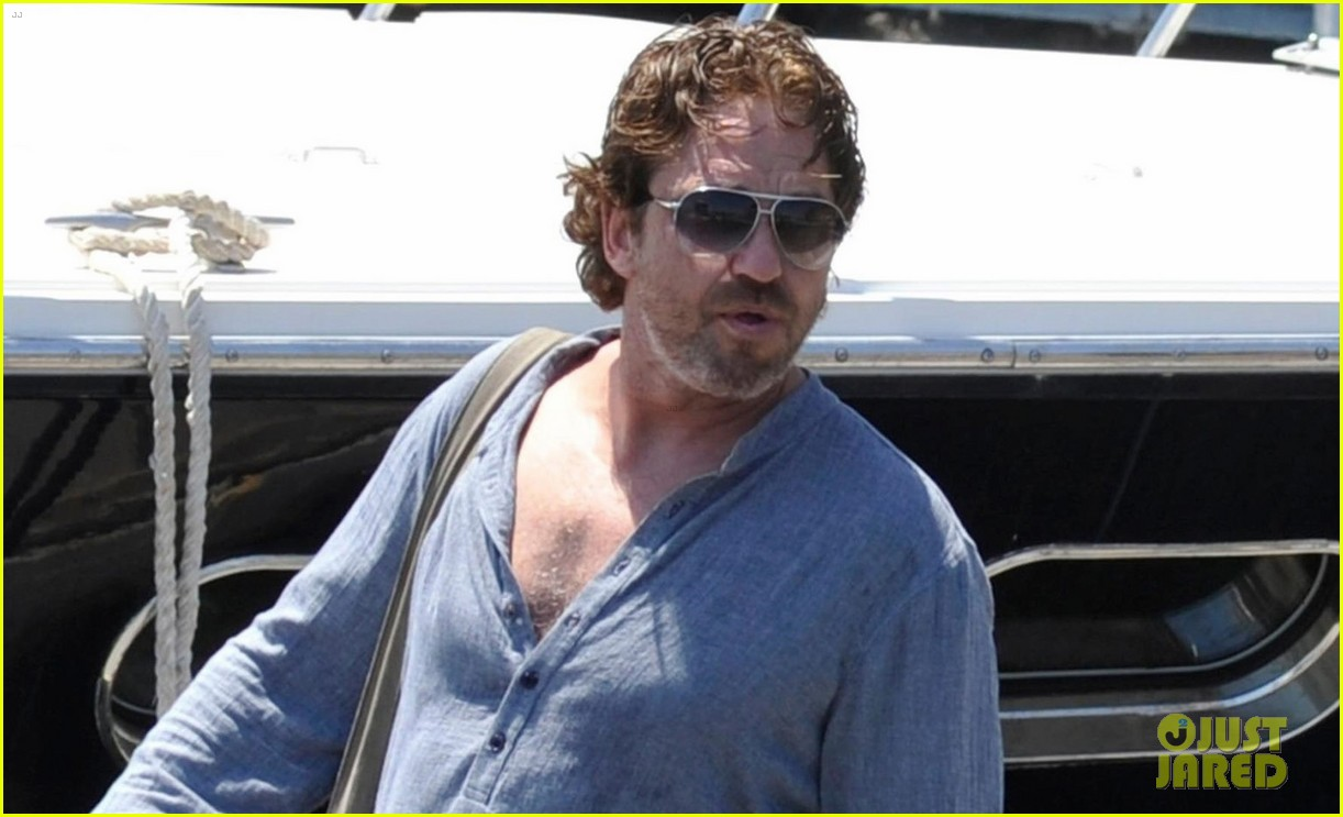 gerard butler waves to fans 053926809