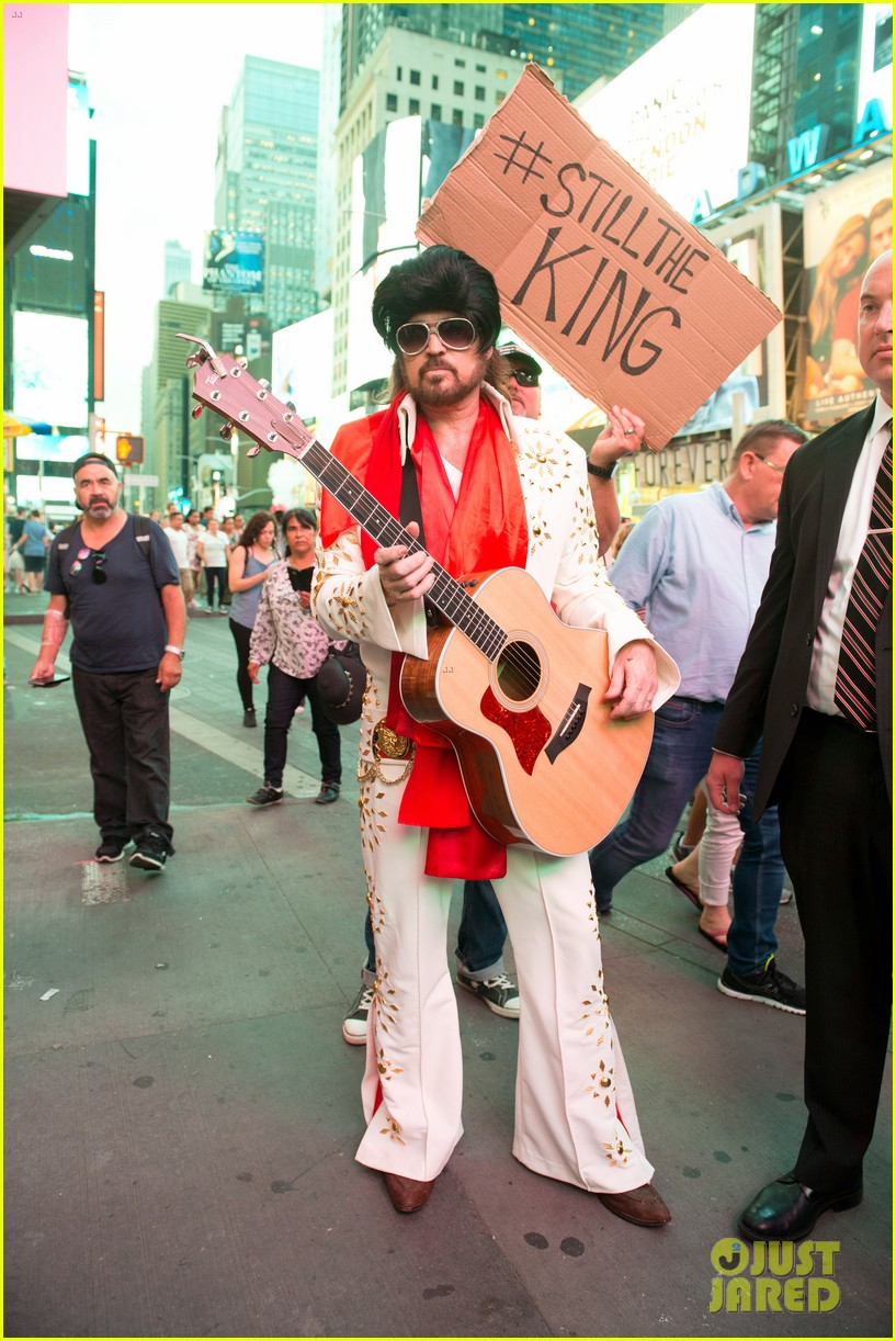 billy ray cyrus performs as still the kings burnin vernon brown in times square 073926230