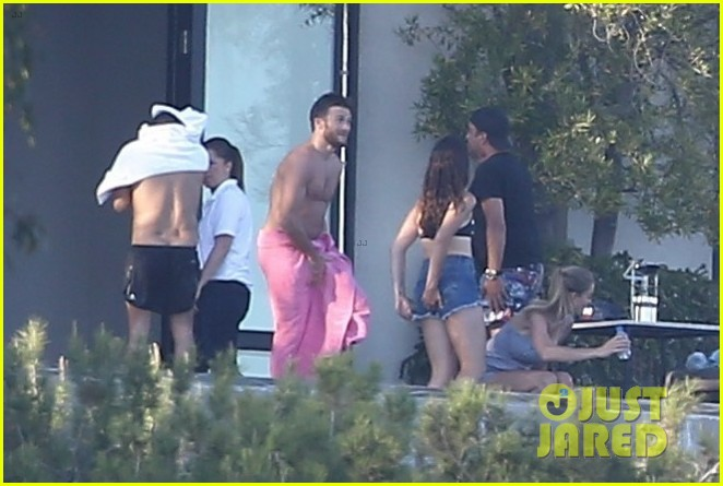 leonardo dicaprio hangs out shirtless with orlando bloom tobey maguire and more 033924047