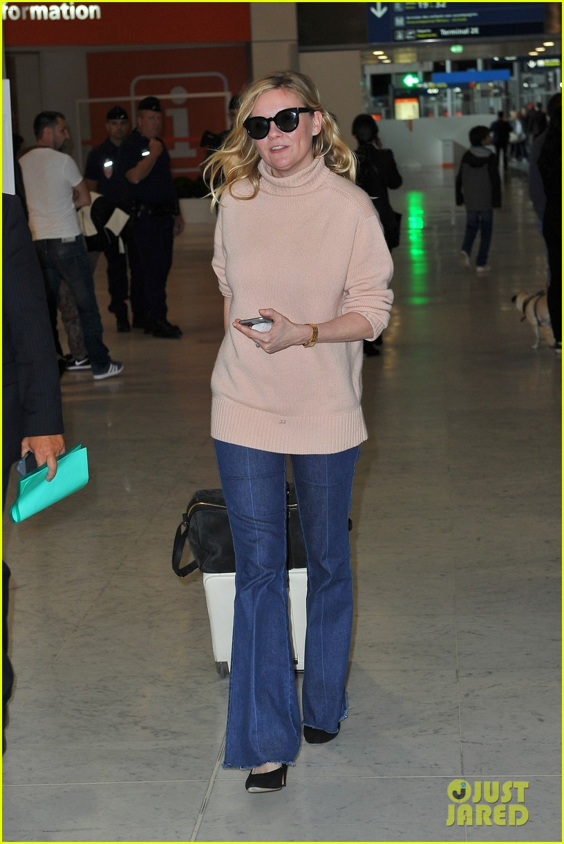 kirsten dunst elle fanning touch down in paris for fashion week 013922548