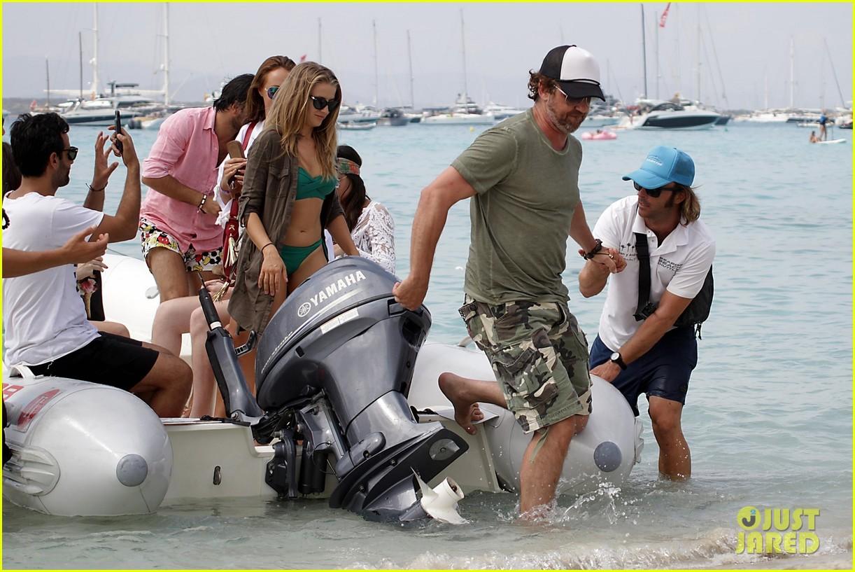 gerard butler beach boat spain friends 03