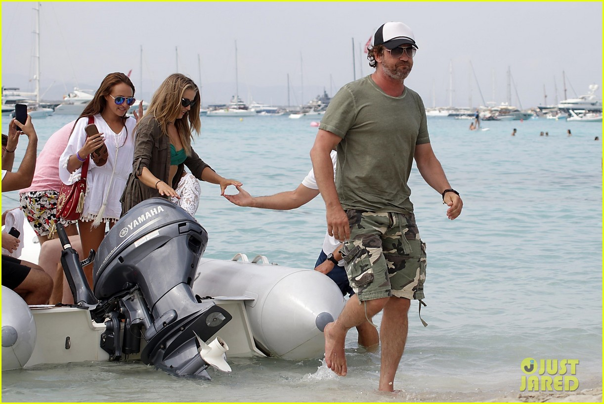 gerard butler beach boat spain friends 16