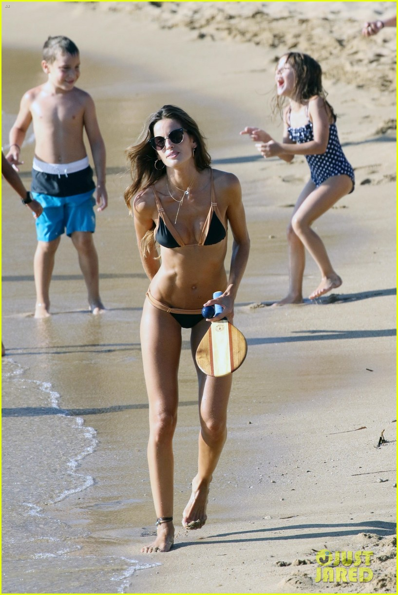 izabel goulart boyfriend kevin trapp flaunt pda at the beach 263925969