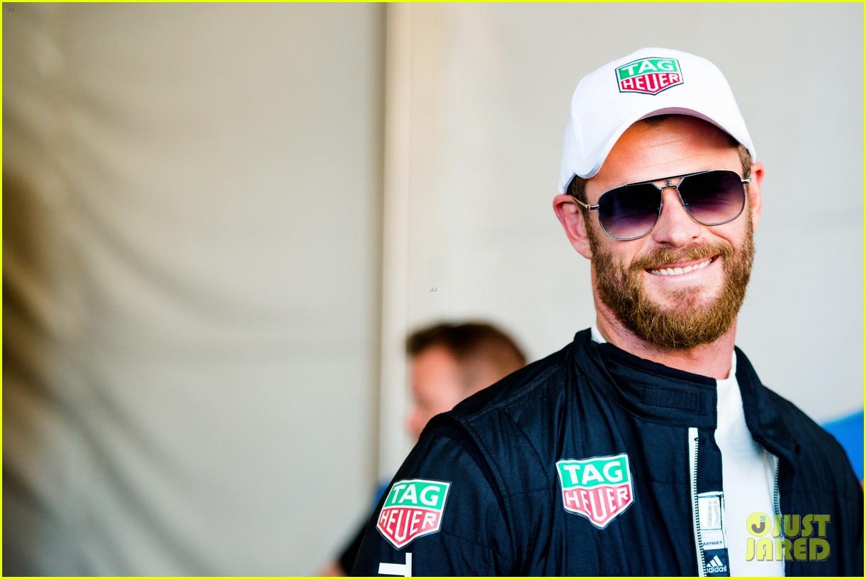 chris hemsworth drives a car around formula e race track 033929365