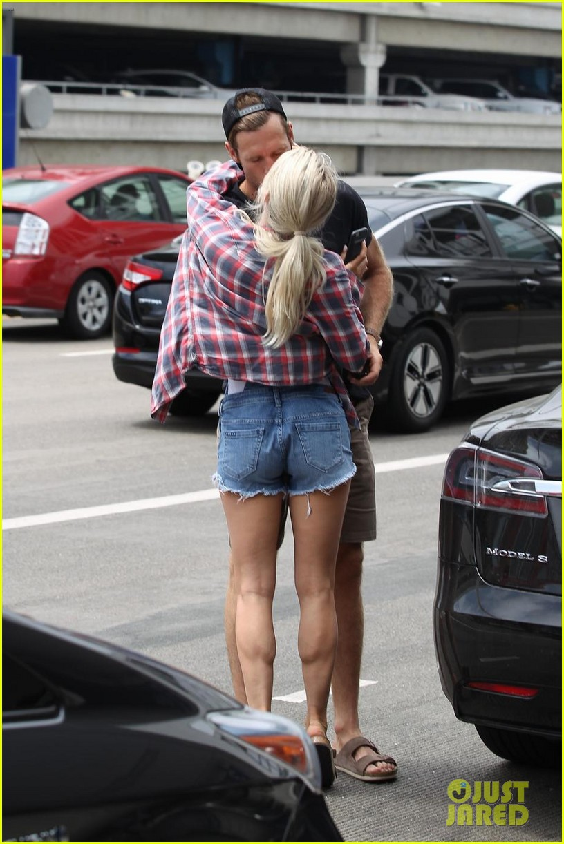 julianne hough kisses brooks laich goodbye at the airport 053936085