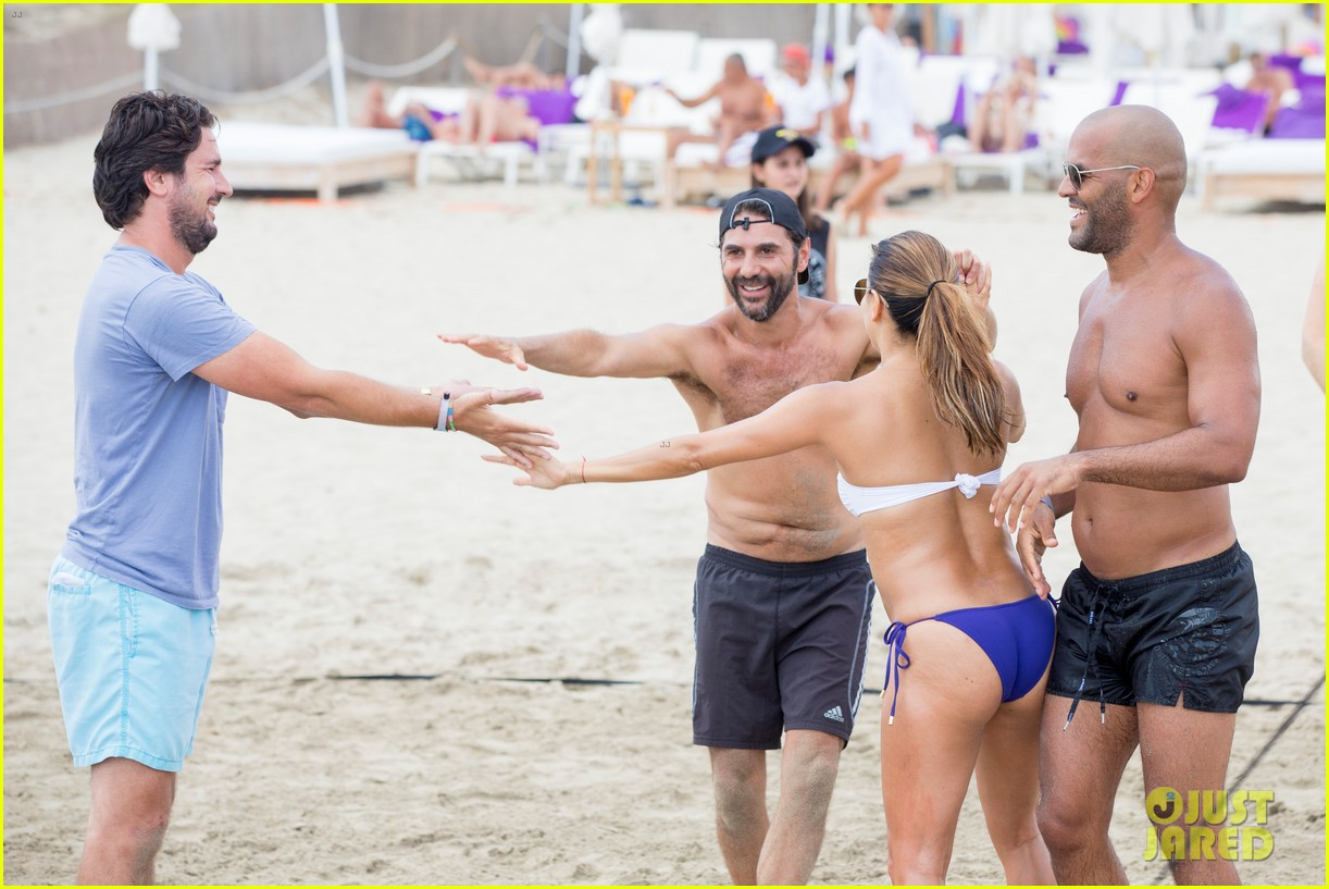 eva longoria flaunts pda with her husband during beach volleyball game 053931473