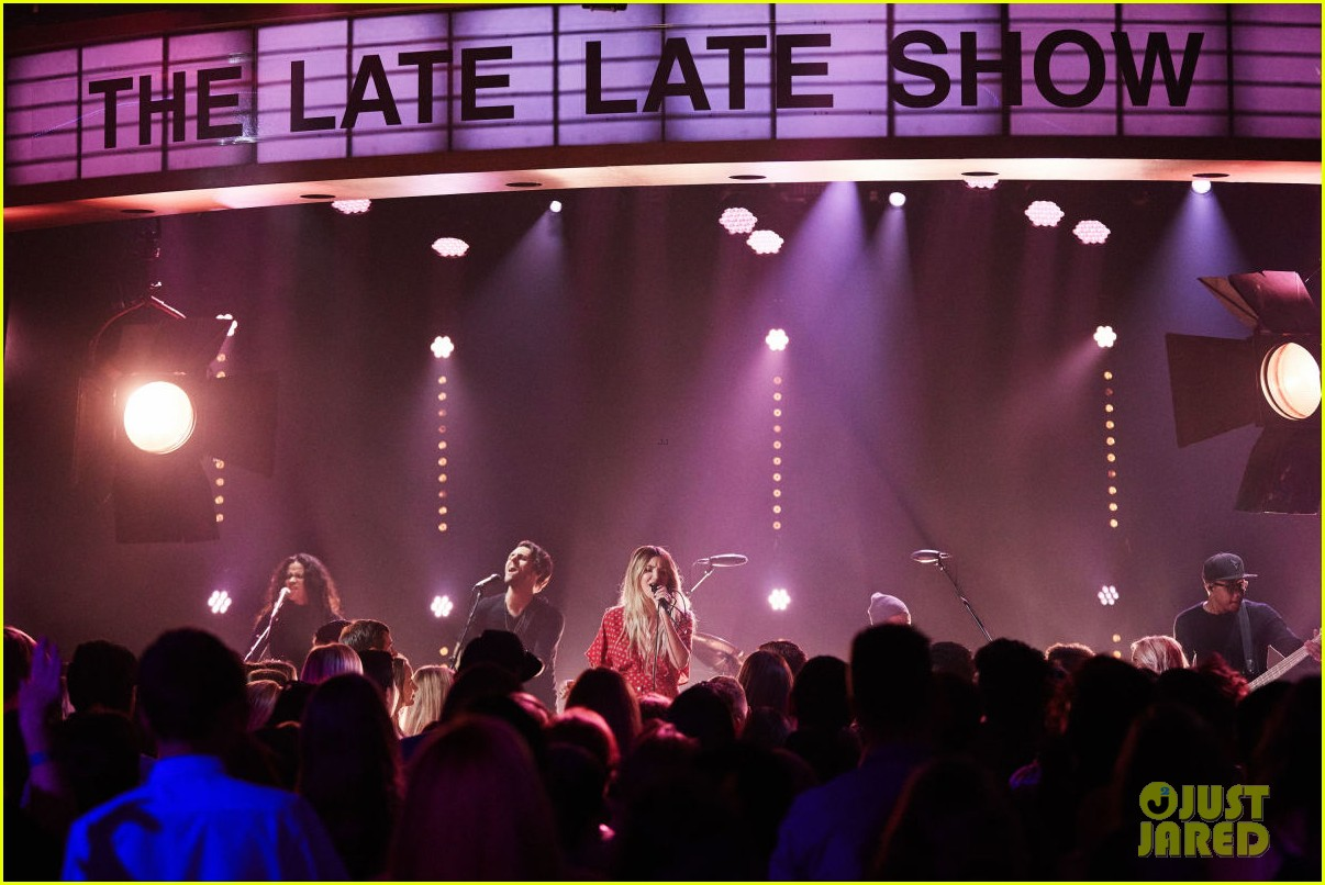 julia michaels perfrorms uh huh for first time on the late late show 023934988