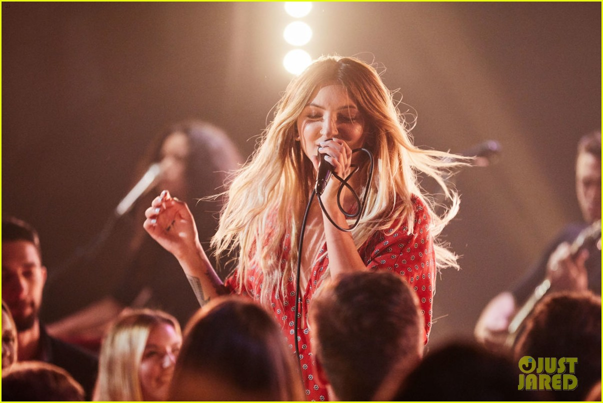 julia michaels perfrorms uh huh for first time on the late late show 033934989