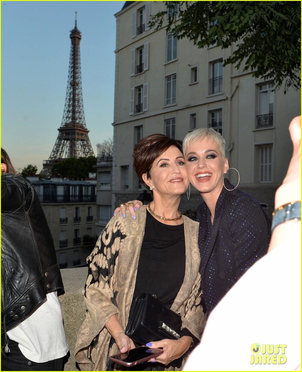katy perry brings mom to paris 033923588