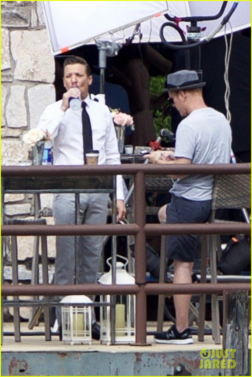 jeremy renner is back at work after breaking both arms 033929451