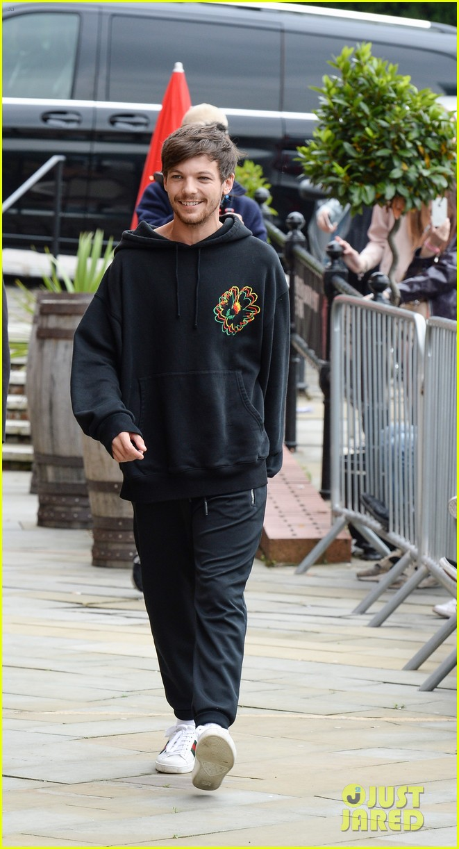 louis tomlinson takes selfies with fans while promoting back to you 013934627