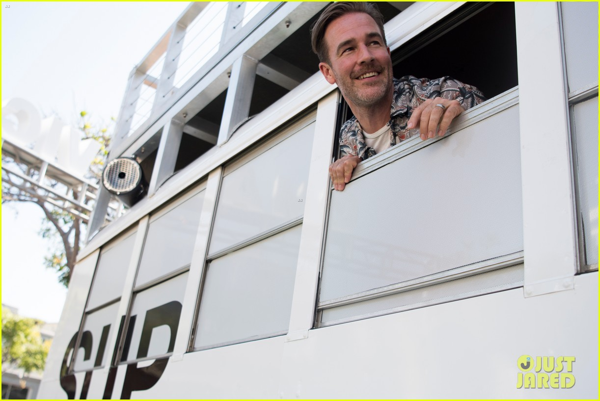james van der beek lets loose at comic con for what would diplo do 053931977