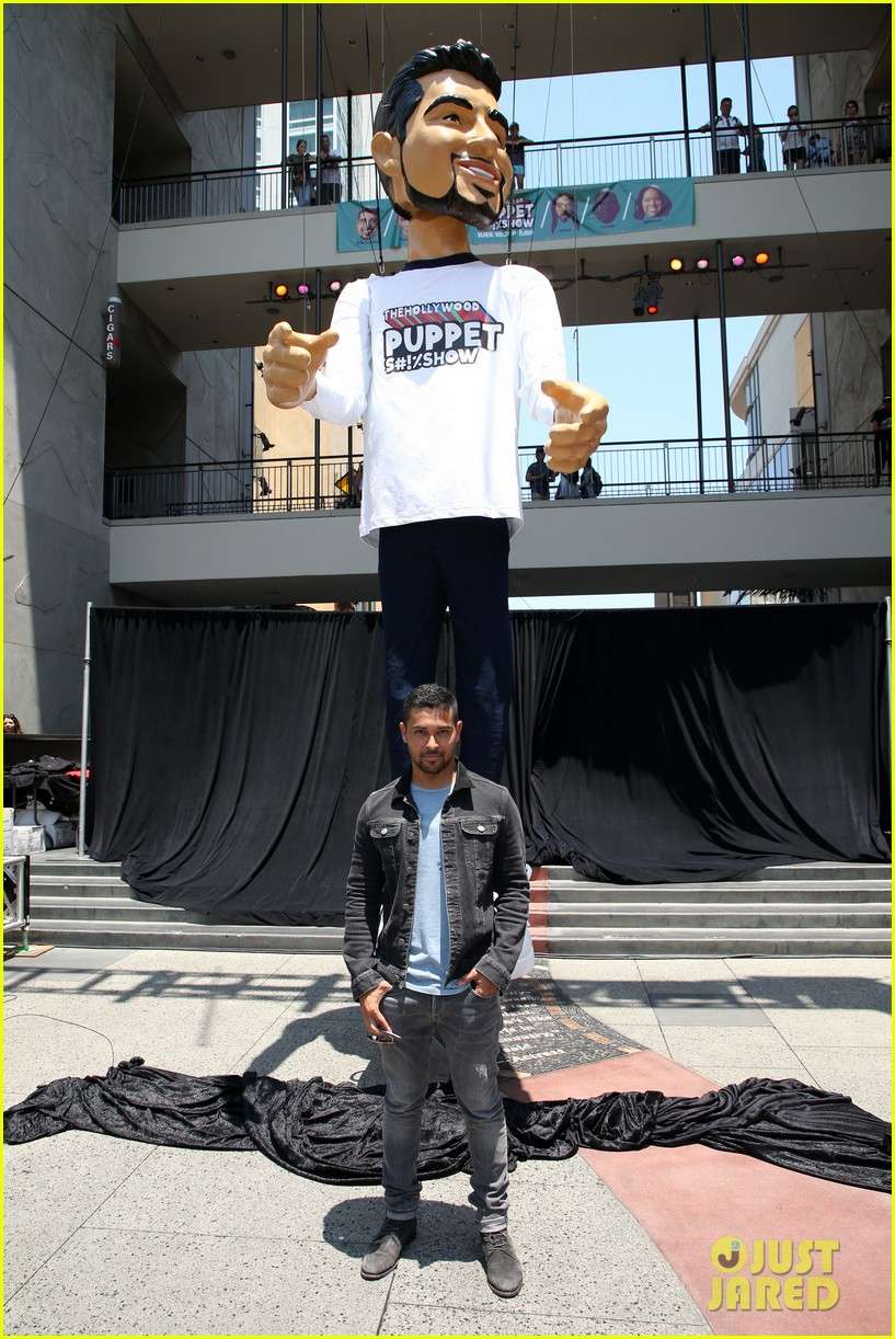 wilmer valderrama poses with a 25 foot puppet version of him 013925992