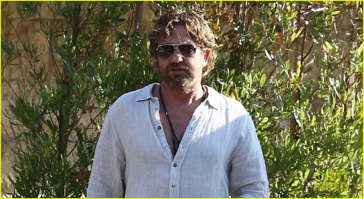 gerard butler dines out with a group 04