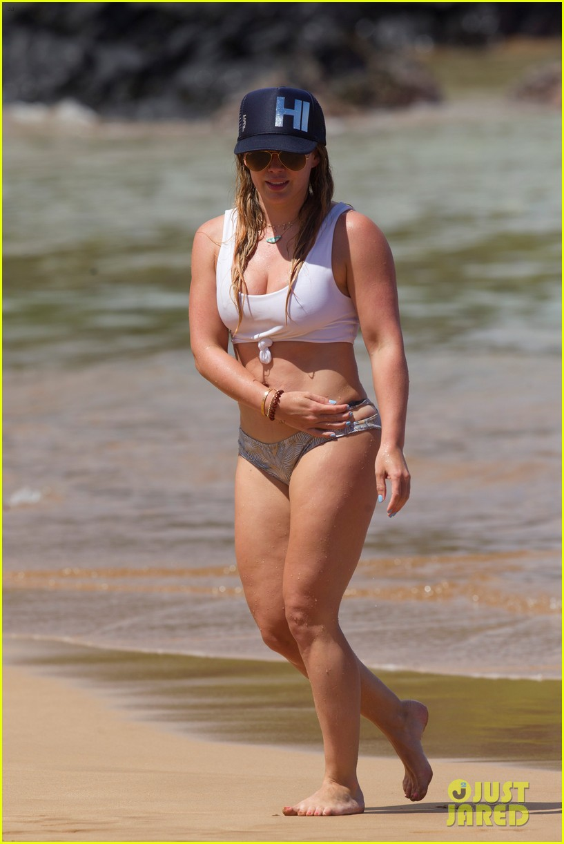 hilary duff hits beach after calling out body shamer 013937932