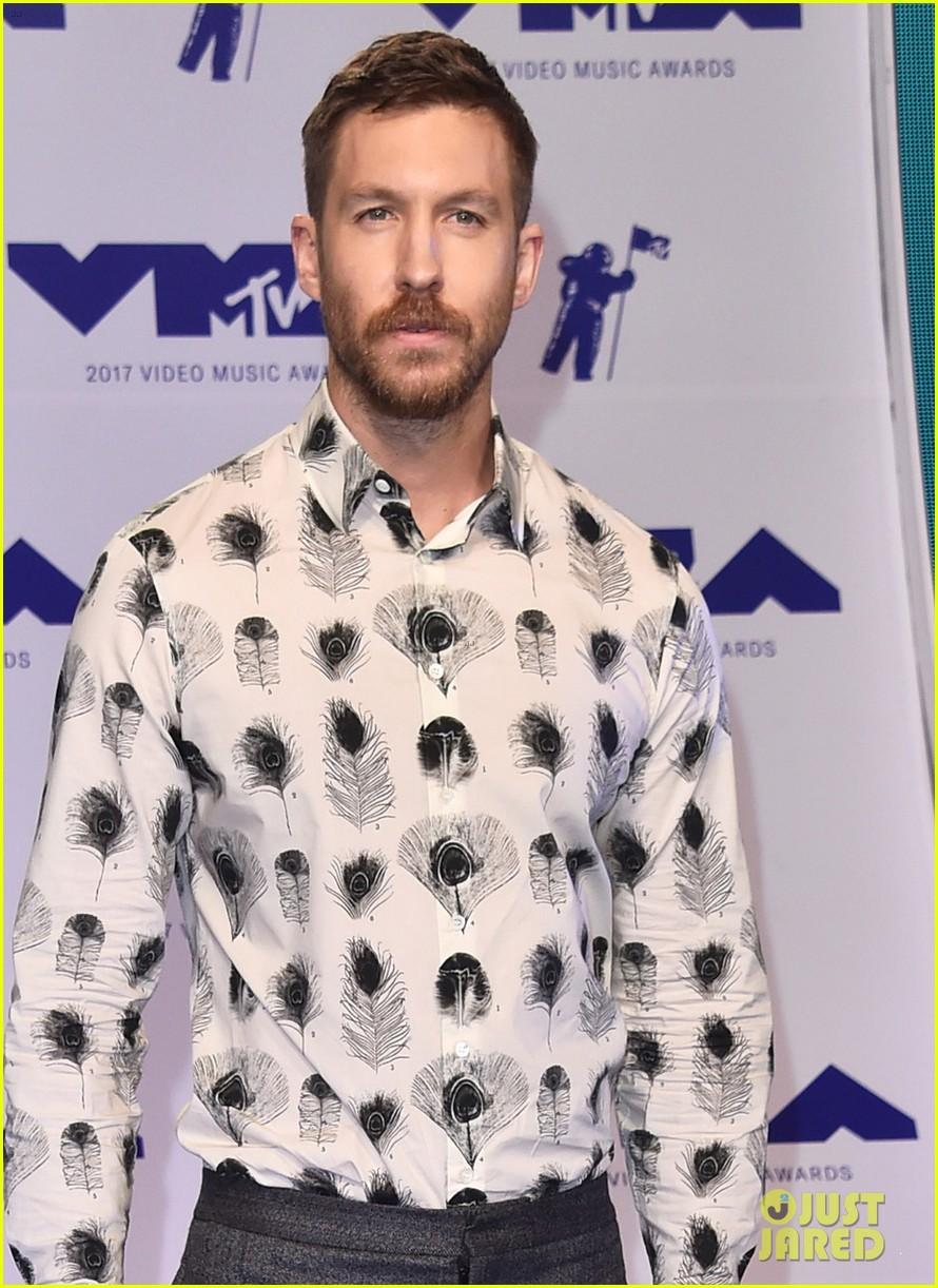 calvin harris shows off his growing beard at 2017 mtv vmas 023946903