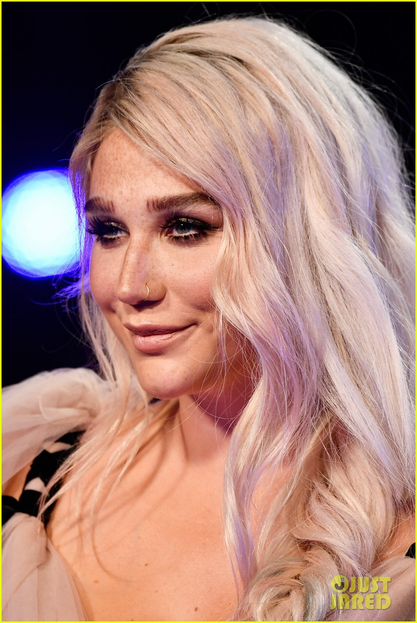 kesha sat on floor at vmas 023947279