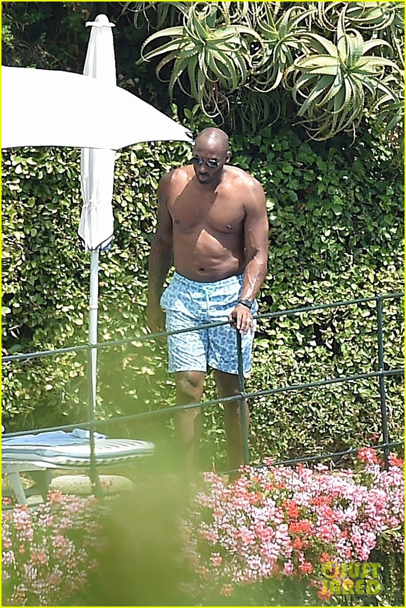 a99b3d358a77 Kobe Bryant Hangs Shirtless By the Pool During Family Vacation in Italy   Photo 3936435