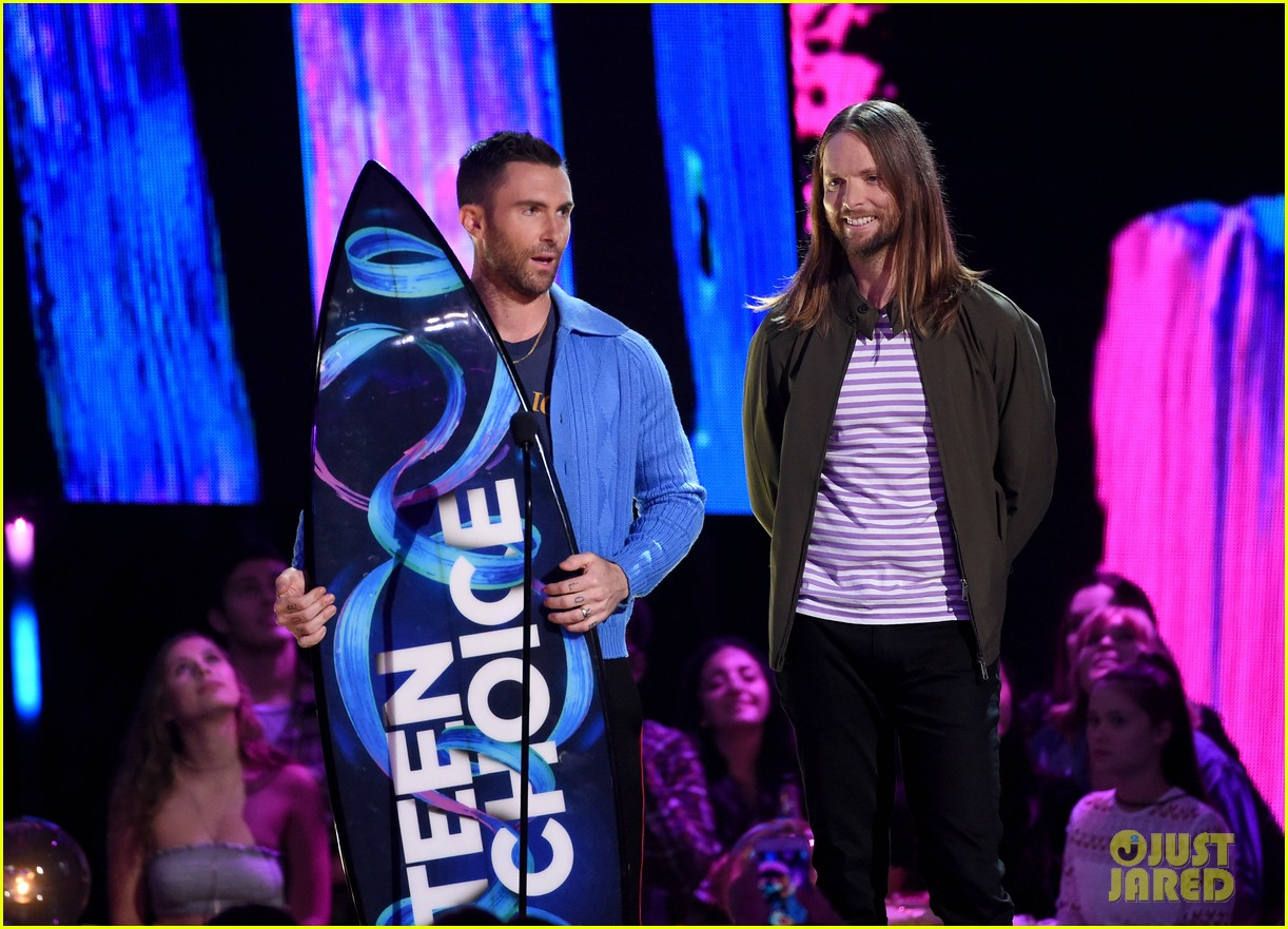 adam levine maroon 5 accept decade award at teen choice awartds 033941491