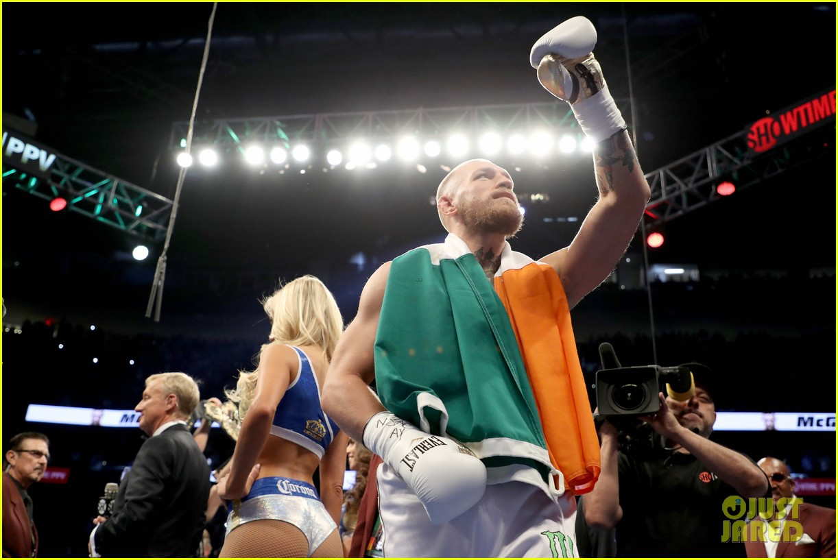 floyd mayweather wears ski mask conor mcgregor wears ireland flag to fight 043945997