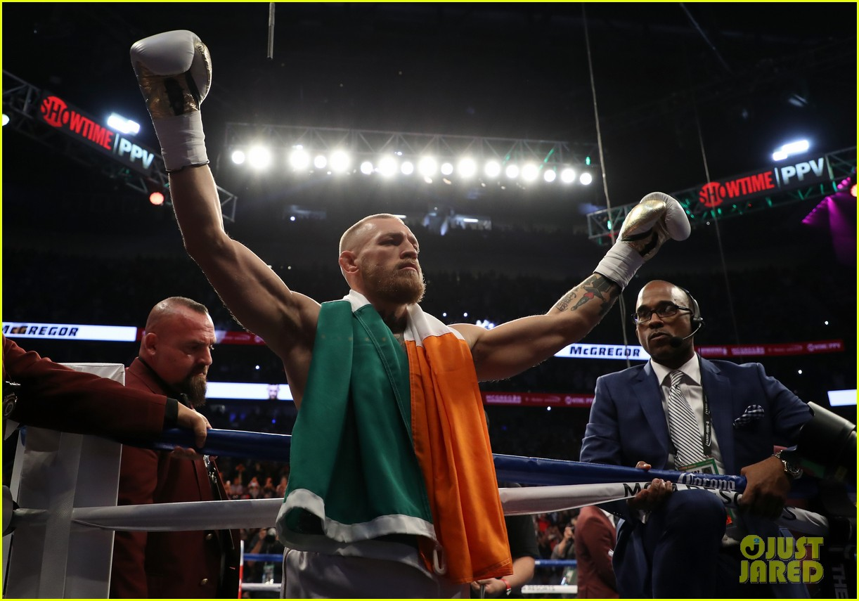 floyd mayweather wears ski mask conor mcgregor wears ireland flag to fight 053945998