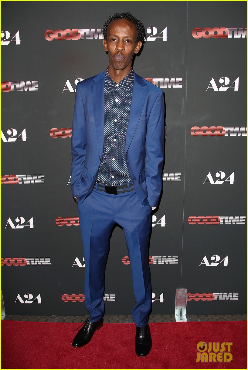 robert pattinson suits up for good time nyc premiere 253939798