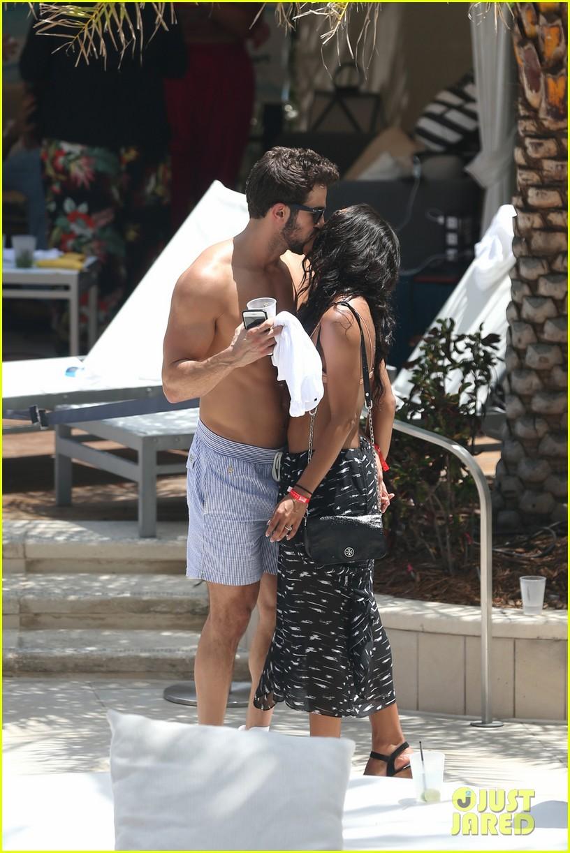 the bachelorettes rachel bryan share poolside kiss in miami 153943624