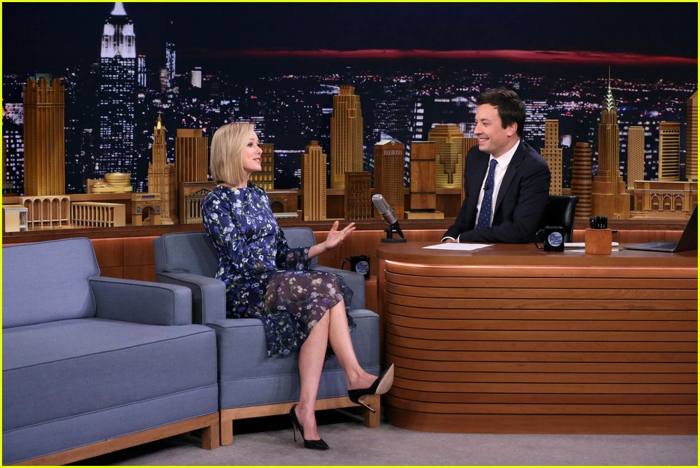 naomi watts does a split on tv for jimmy fallon 013941034