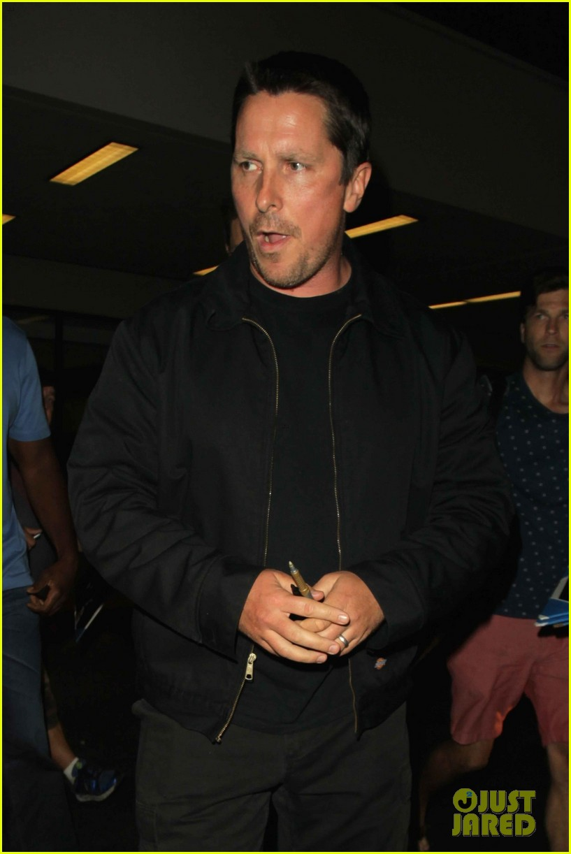 christian bale shows off his filler figure at lax 093956768