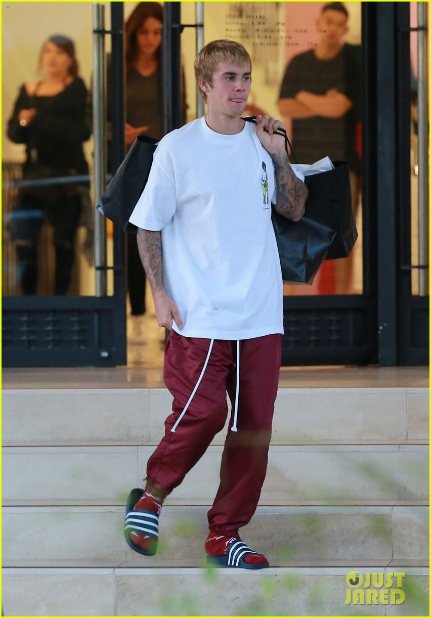 justin bieber picks up some goodies at barneys new york 043963697