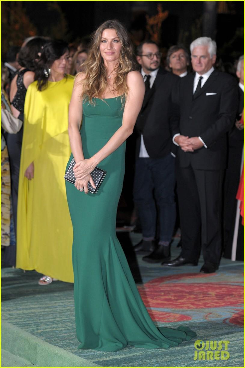 gisele bundchen receives honor at green carpet fashion awards 023963787