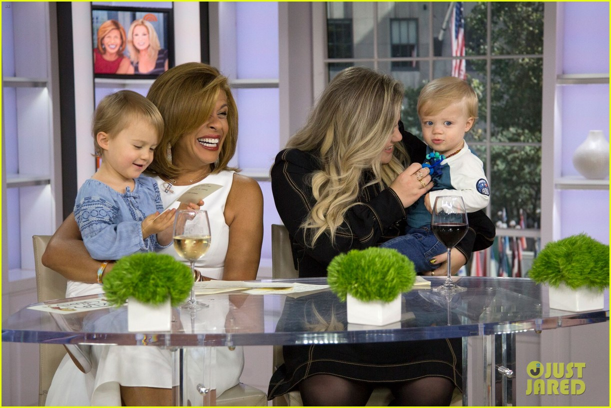 kelly clarkson brings her kids on today 023953023