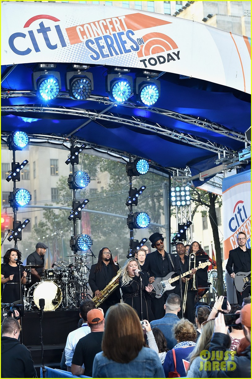 kelly clarkson performs new songs during today show concert 023952811